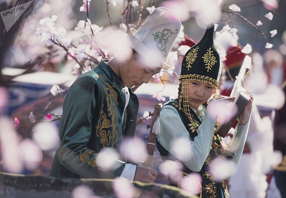 Los jóvenes en los trajes tradicionales celebran 'Novruz' en Biskek, la capital de Kirguistán