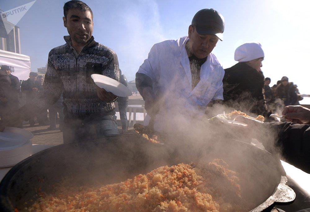 Los hombres cocinan pilaf tradicional durante la celebración de 'Novruz' en Kazán, Tartaristán