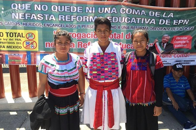 Luis, en el centro, es un estudiante de una escuela normal de Chiapas. Él y sus colegas reclaman que se respeten los derechos de los pueblos originarios en el sistema educativo, más allá de los requerimientos de la OCDE a partir de los magros resultados de México en las pruebas PISA.