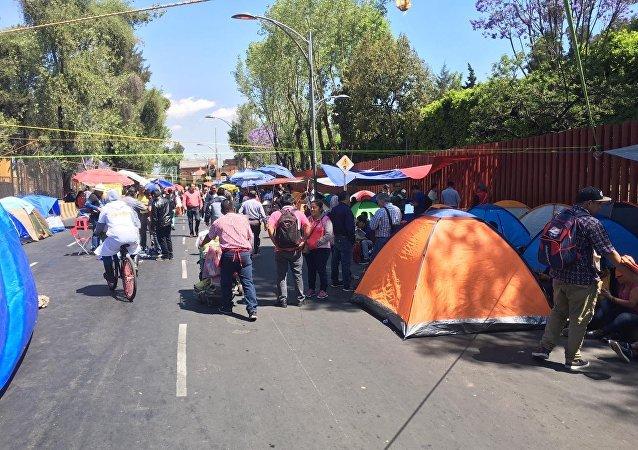Tiendas de campaña, carteles y protestas: así se vieron bloqueadas las inmediaciones del Palacio Legislativo de San Lázaro, en Ciudad de México, a raíz de los reclamos de docentes, estudiantes e indígenas.
