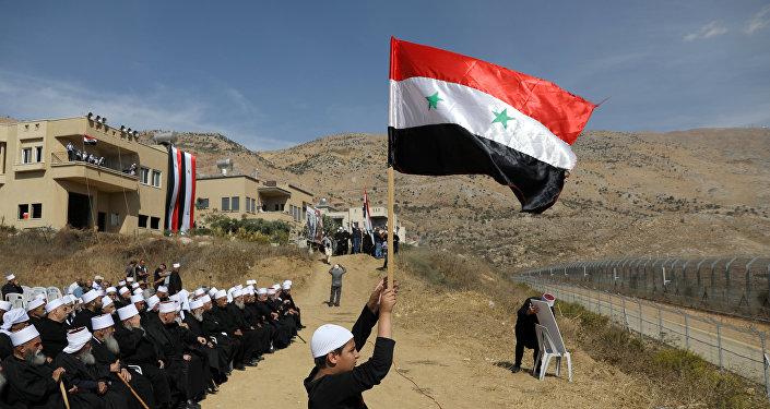 Los drusos árabes en los Altos del Golán con la bandera de Siria (Archivo)