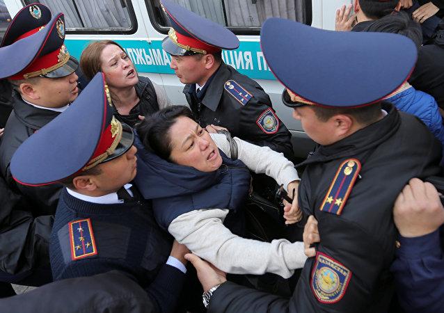 Los policías detienen a los manifestantes en las protestas en Kazajistán