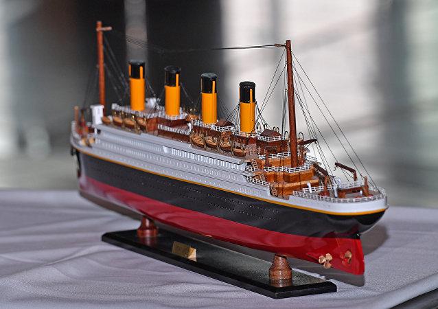 Un modelo del buque Titanic, referencial