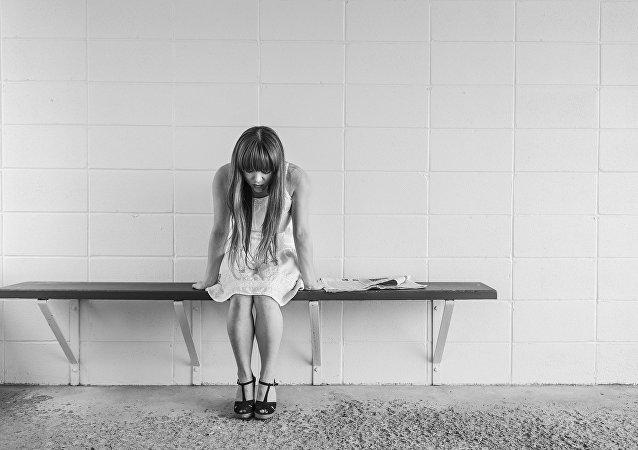 Mujer preocupada espera