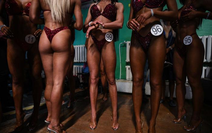 Mujeres y hombres siberianos miden fuerzas en un campeonato de culturismo