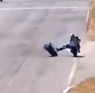 Dos pilotos de motociclismo se caen a 'trompadas' en plena pista durante una carrera
