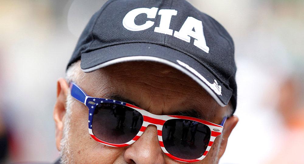Un hombre con una gorra que pone 'CIA' (archivo)