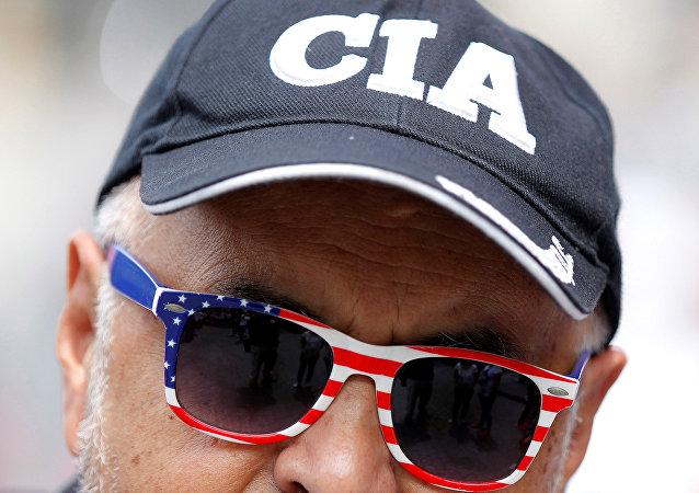 Un hombre con una gorra que pone 'CIA'