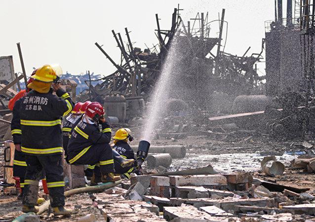 Bomberos apagan el fuego de la explosión en la planta química Tianjiayi en China