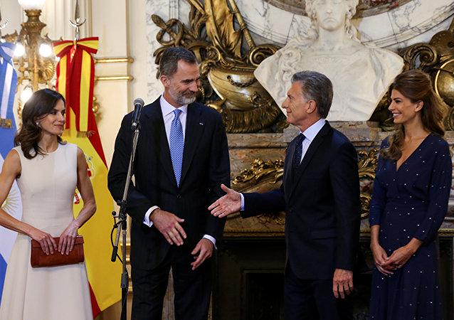 El presidente de Argentina, Mauricio Macri, recibe a los reyes de España, Felipe VI y Letizia Ortiz