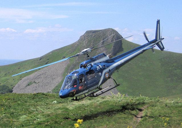 Un helicóptero AS350