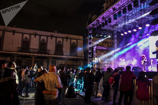 Cientos de personas escuchan los conciertos durante el Festival de Primavera en el Zócalo de Ciudad de México