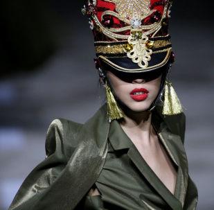 El estilo militar y la sensualidad se hacen un hueco en la Semana de la moda de Pekín