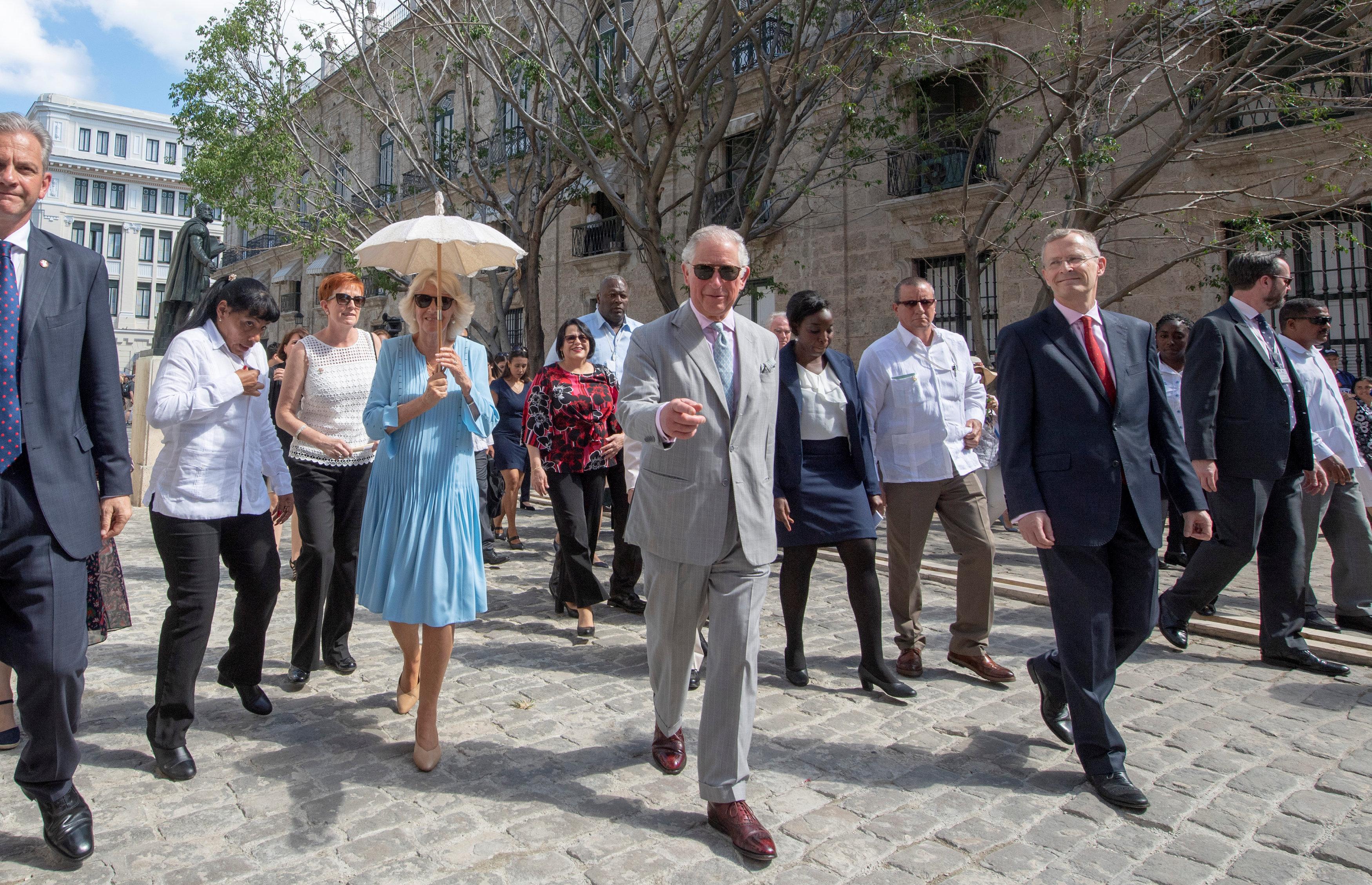 El príncipe Carlos develó una estatuta del escritor William Shakespeare en La Habana
