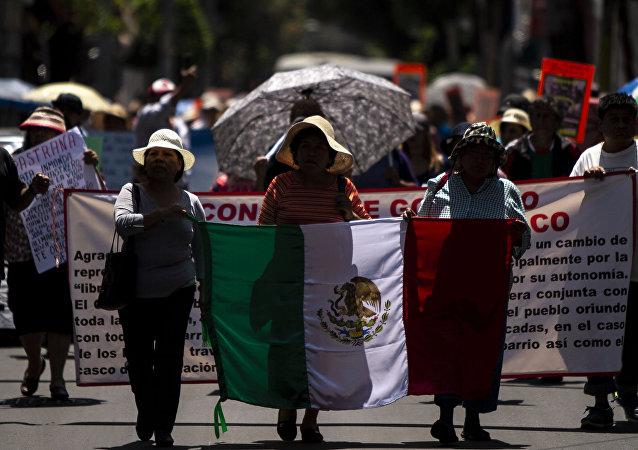 Manifestación de los 14 pueblos originarios de Xochimilco para exigir respeto a sus formas de gobierno, en la alcaldía.