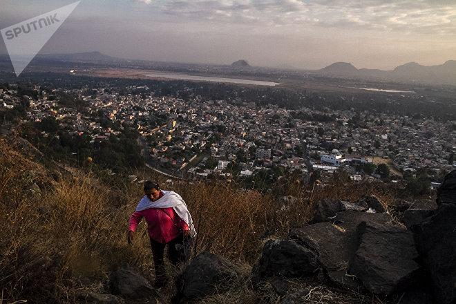 María Guadalupe de San Luis Tlaxialtemalco sube al cerro Xilotepec para recibir la primavera.