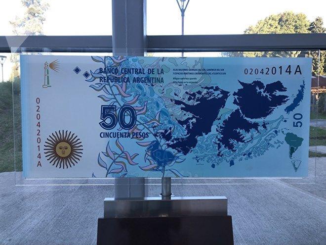 En 2014, Argentina emitió billetes de 50 pesos con las Malvinas como motivo. Aunque aún siguen en circulación, el Gobierno de Mauricio Macri cambió la imagen de este valor por la de un cóndor.