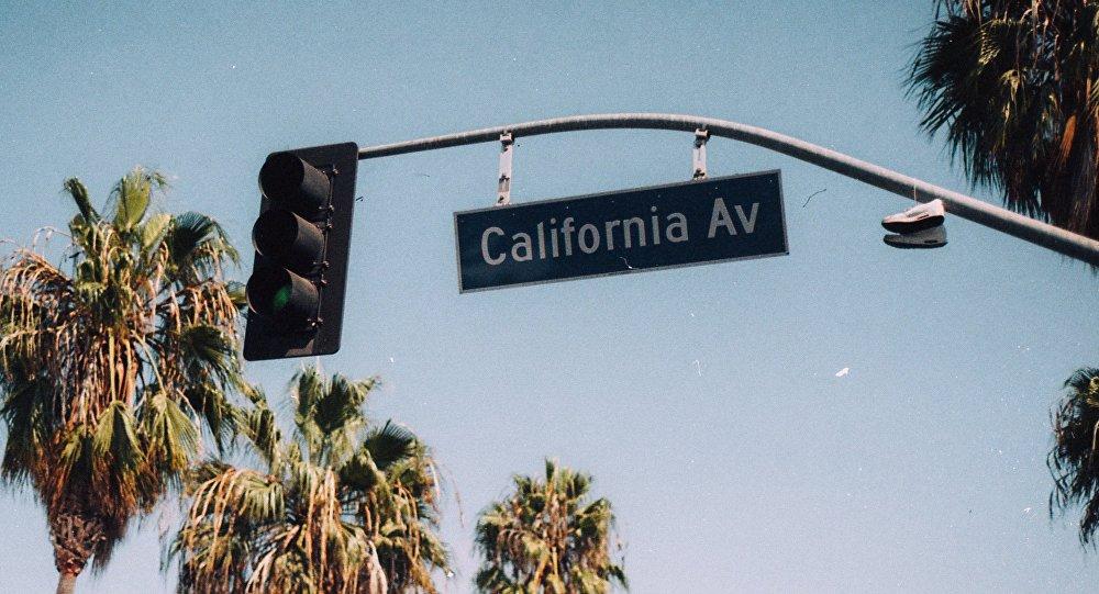 Un señal de tráfico en California
