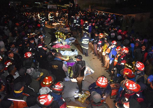 Los bomberos y lás víctimas en el lugar del accidente de tránsito en Guatemala
