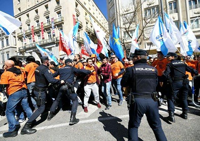 Los policías frente al Congreso español durante la protesta de trabajadores industriales