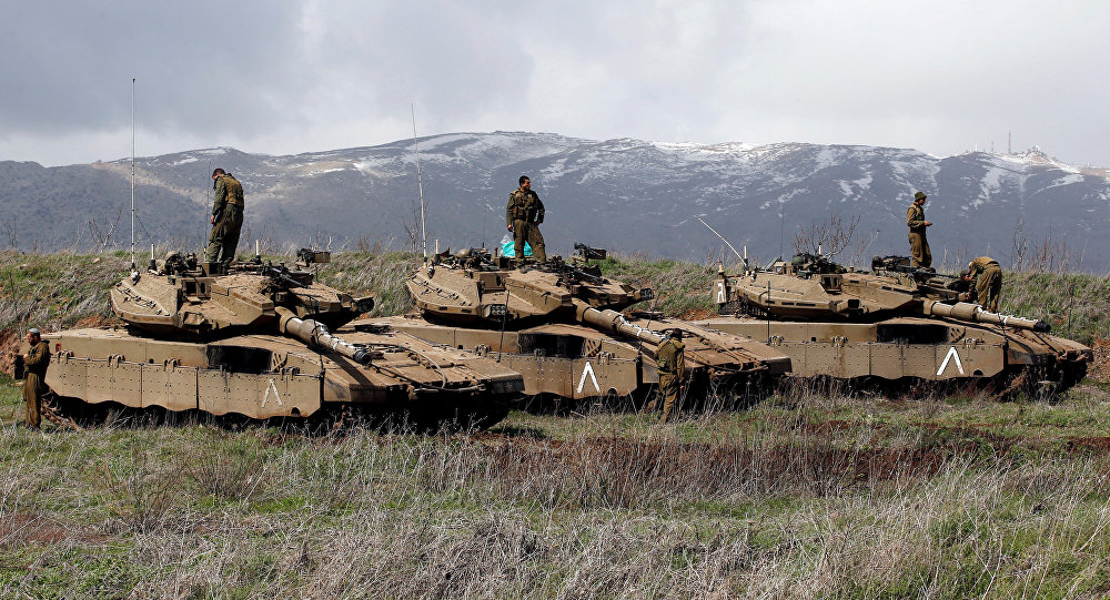 Soldados israelíes sobre tanques en los Altos del Golán, en la frontera entre Israel y Siria (archivo)