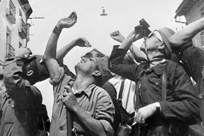 Durante la Guerra Civil Española, los bombardeos fueron moneda común. En esta escena retratada por el documentalista soviético Román Karmen se puede ver cómo unos soldados presenciaban un combate aéreo.