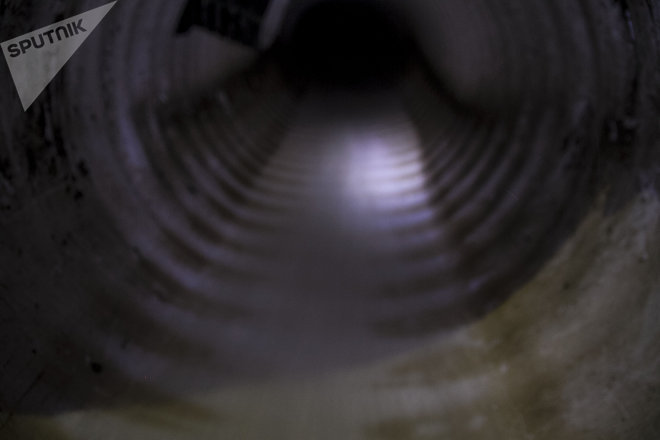 Vecinos muestran red de drenaje con agua limpia. La inmobiliaria Quiero Casa perforó un acuífero somero en el predio de Av. Aztecas 215, Ciudad de México, y vierte toda el agua al caño.