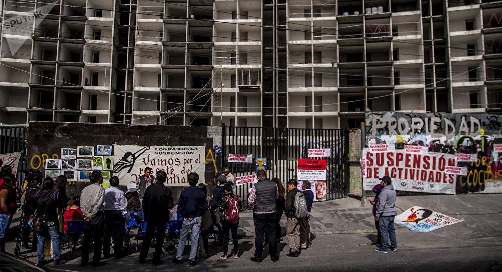Vecinos de la Asamblea de pueblos y barrios de Coyoacán al suspender la obra de Quiero Casa en el predio de Av. Aztecas 215, Ciudad de México.
