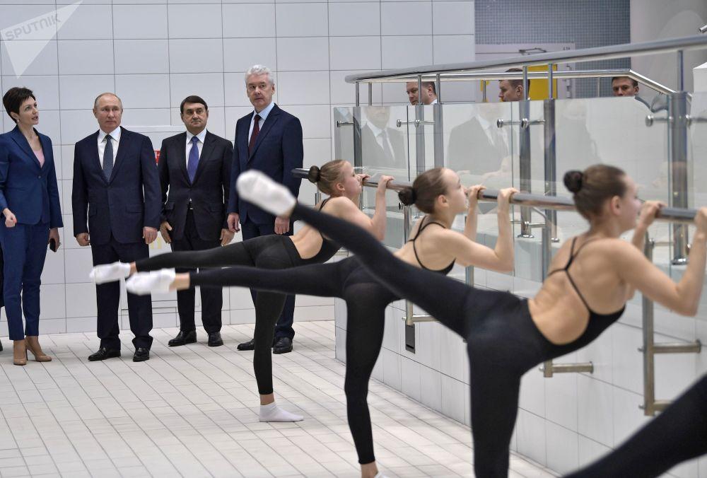 Bailarinas, renos y protestas: estas son las fotos más llamativas de la semana