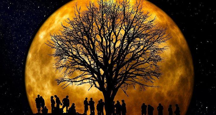 La Luna y un grupo de personas