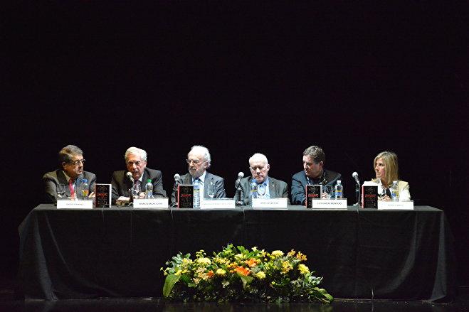 Mario Vargas Llosa, segundo desde la izquierda, habla en un homenaje a Cortázar en el CILE 2019
