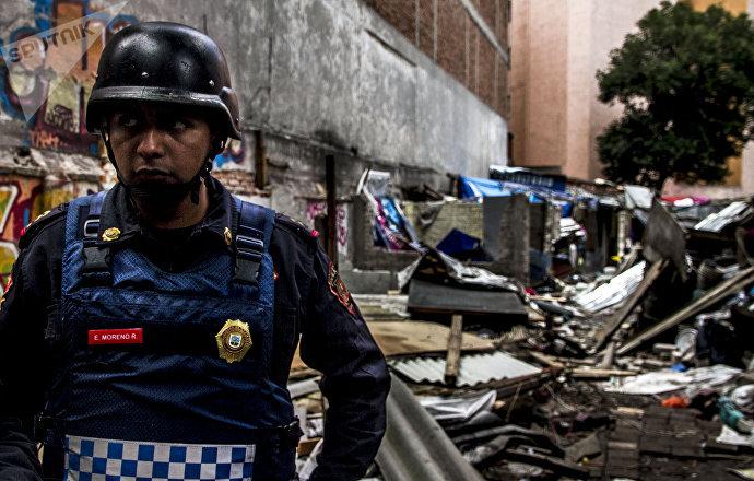 Policía tras desalojar una comunidad Otomí que vivía en la antigua embajada de la República Española, ubicada en Ciudad de México.