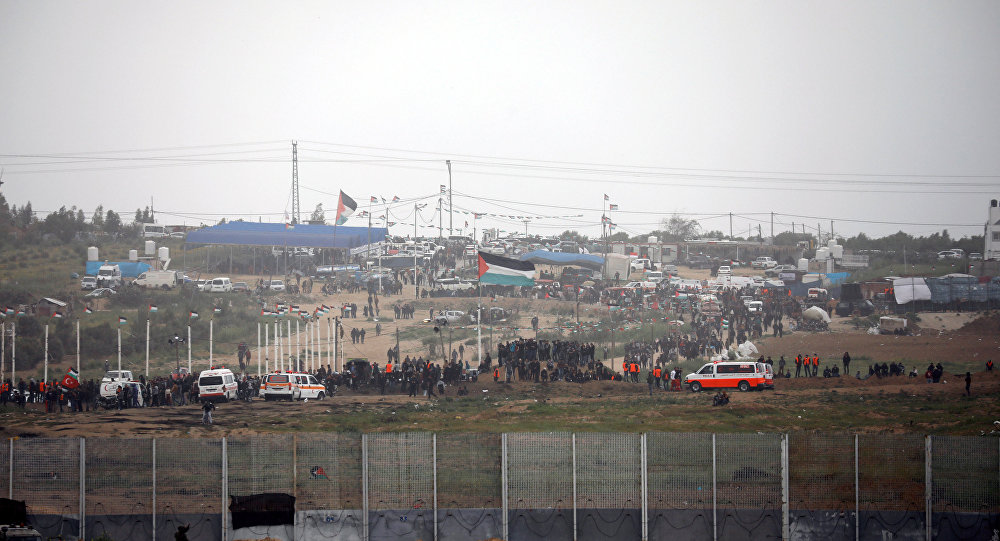 Millares de palestinos de la Franja de Gaza se concentran a lo largo de la frontera de Israel