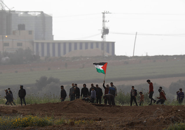 Los palestinos de la Franja de Gaza protestan cerca de la frontera con Israel