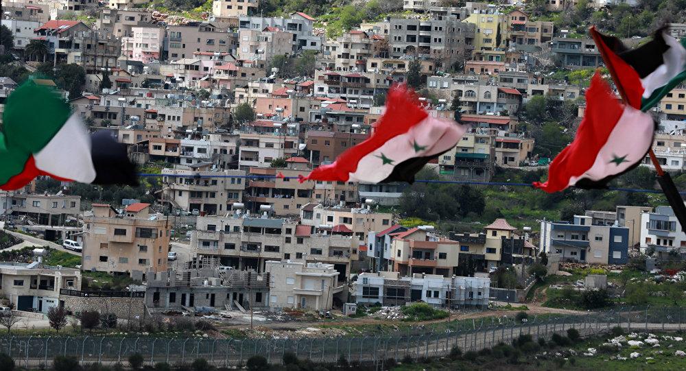 La vista a una ciudad en los Altos del Golán del territorio sirio