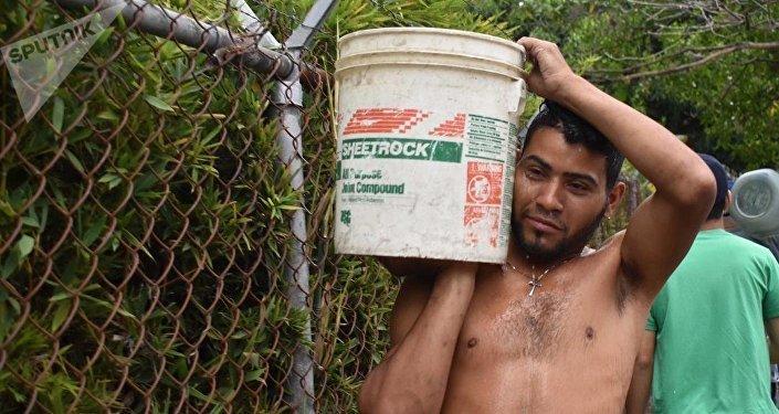 Los venezolanos reúnen agua