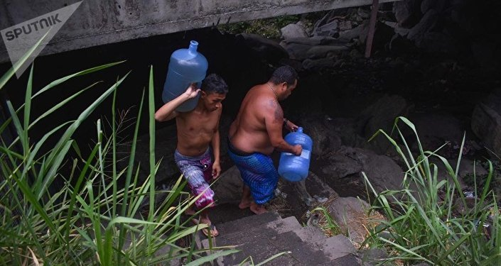 Los venezolanos con botellones de agua