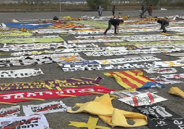 Activistas retiran unos 800 kilos de materiales independentistas en Barcelona