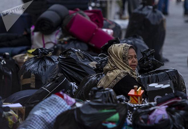 Ciudad de México: Mujer guerrerense desplazada se prepara para regresar al auditorio municipal de Chichihualco, después de 38 días de plantón frente al Palacio Nacional