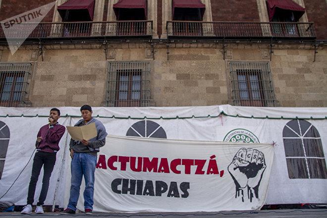 Ciudad de México: Estudiantes de la Normal Mactumactzá durante la conferencia para informar que se levanta el plantón frente al Palacio Nacional