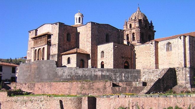 El convento de Santo Domingo, construido en la ciudad de Cuzco (Perú) sobre las ruinas del templo del Coricancha, donde se rendía adoración a Inti, dios inca que encarnaba al Sol