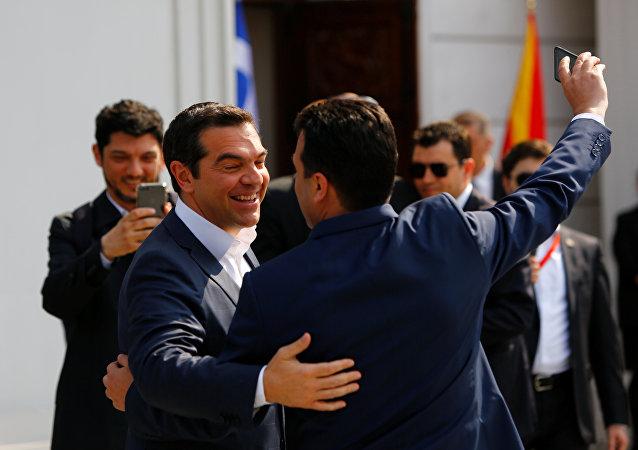 El primer ministro normacedonio, Zoran Zaev, y su homólogo de Grecia, Alexis Tsipras