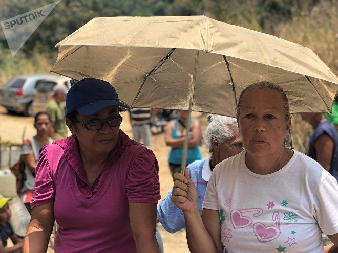 En las filas por el agua, se habla mucho de la responsabilidad de la situación: algunos la achacan al Gobierno, otros a la oposición