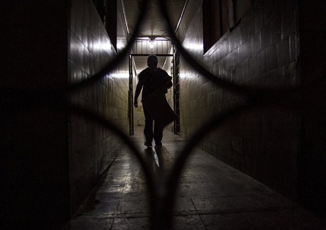 Una de las vecinas camina en los pasillos vacíos de Zapata 68, en la colonia Centro, Ciudad de México