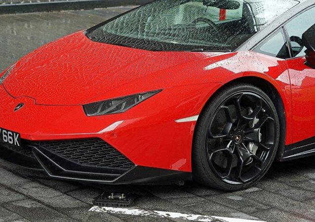 Un vehículo rojo de marca Lamborghini