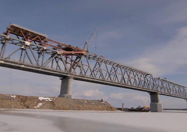 Rusia y China conectan las partes del primer puente transfronterizo