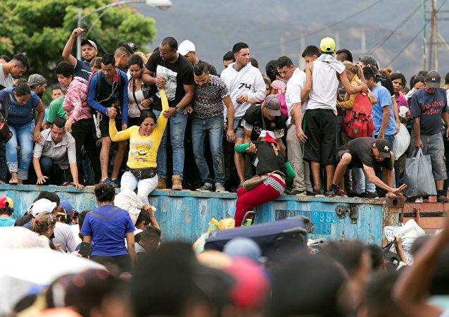 Venezolanos en el puente internacional Simón Bolívar