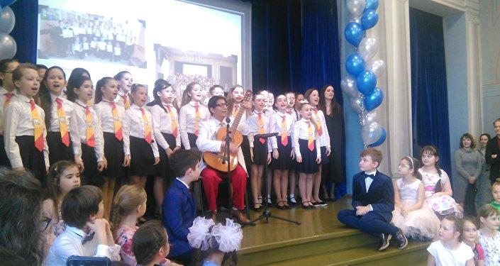 El coro del colegio interpreta 'Somos cervantinos' junto al autor del tema Lorenzo de Chosica