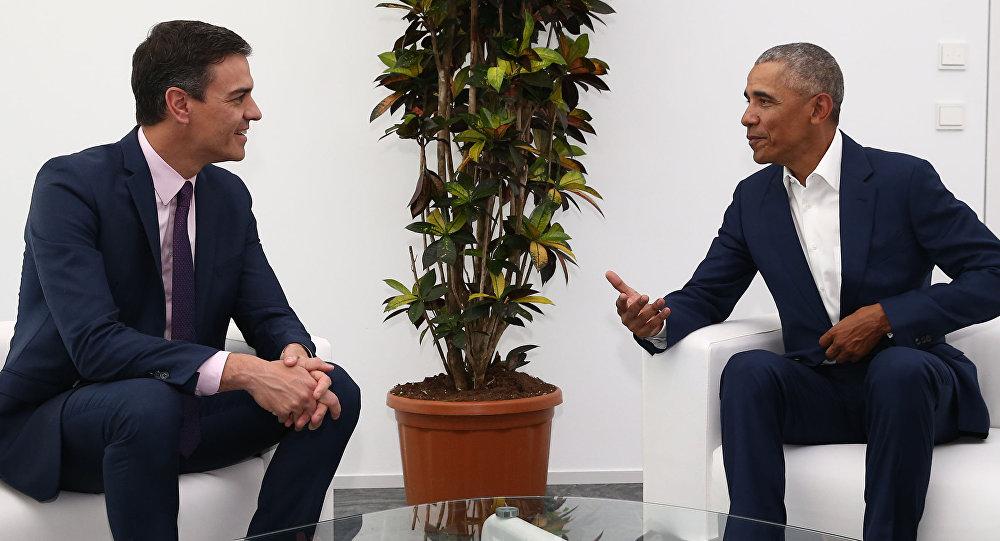 El presidente del Gobierno español, Pedro Sánchez, y el expresidente de Estados Unidos Barack Obama