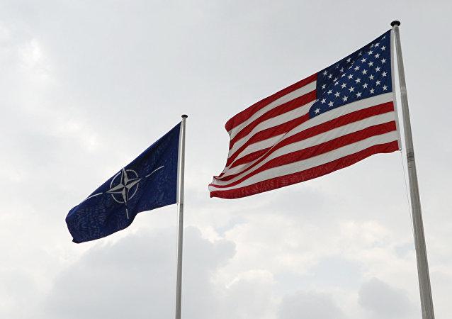 Banderas de EEUU y la OTAN en la sede de la alianza atlántica en Bruselas